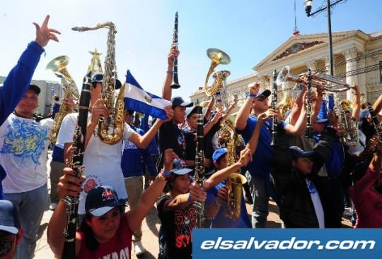 El-Diario-de-Hoy-Banda-El-Salvador-regresa-Desfile-de-las-Rosas-2013-bandasdemarcha