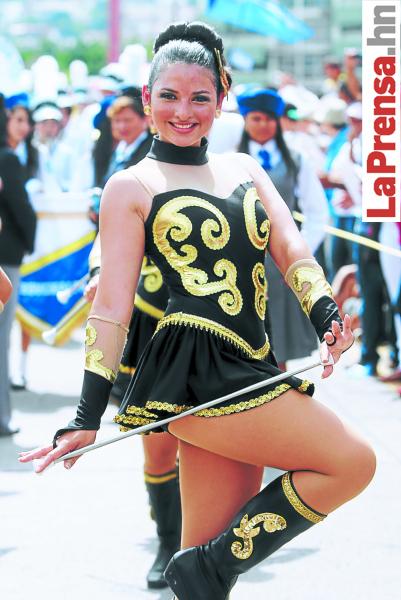 Paola García, de Renacimiento School, impuso su belleza vestida con un regio atuendo en negro y dorado.