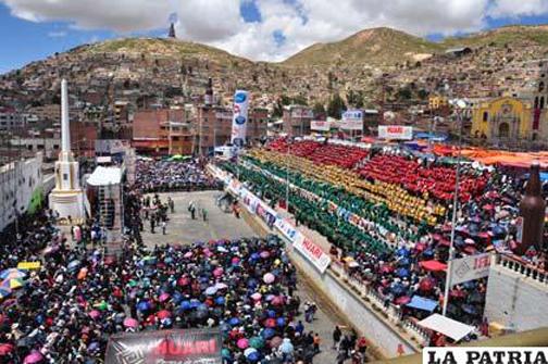 Vista panorámica de la avenida Cívica Sanjinez Vincenti durante la realización del Festival de Bandas.