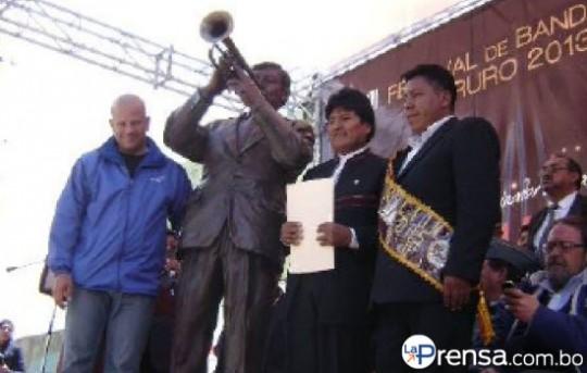 La-Prensa-Monumento-al-Musico-Oruro-Evo-Morales-2013